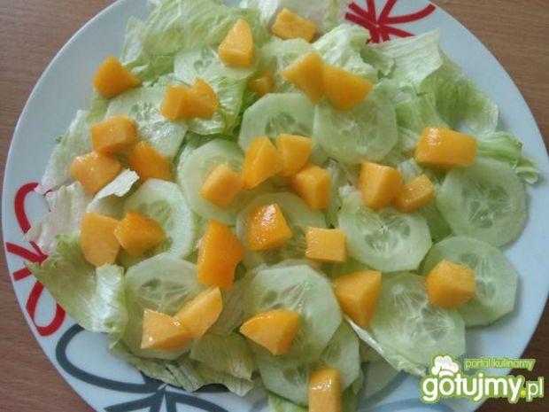 Sałatka z kurczakiem i nektarynką