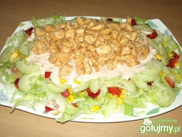 Sałatka z kurczakiem i różowym sosem