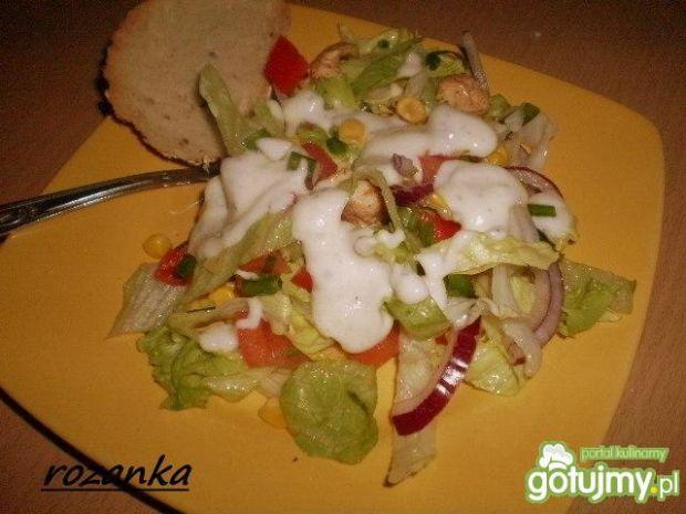 Sałatka z kurczakiem i sosem czosnkowym