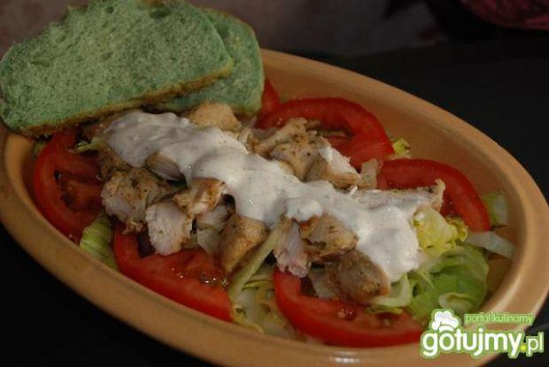 Sałatka z kurczakiem i zieloną bułką