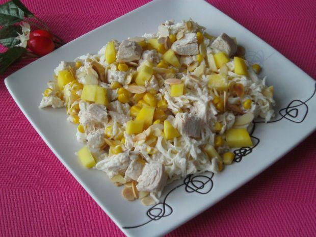 Sałatka z kurczakiem, mango i prażonymi migdałami