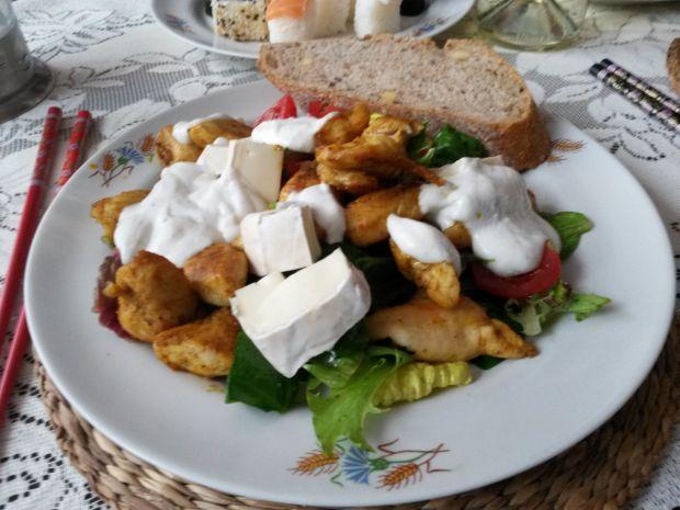 sałatka z kurczakiem, warzywami i sosem czosnkowym