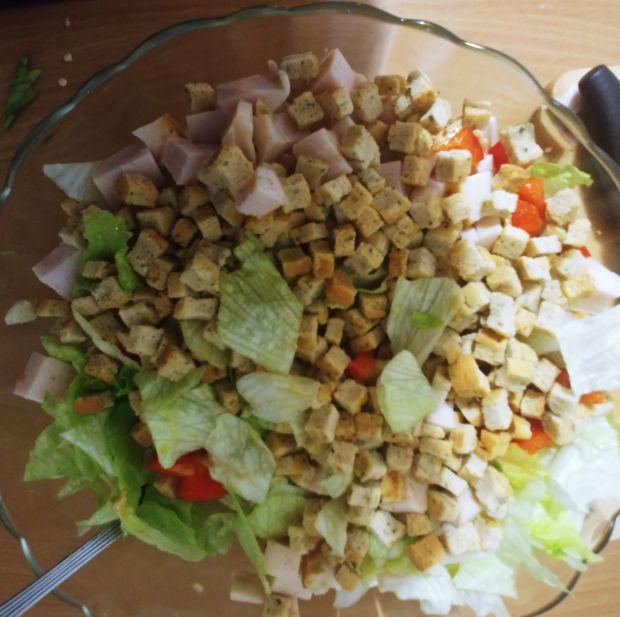 Sałatka z kurczakiem wędzonym i sosem musztardowym