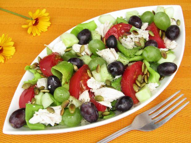 Sałatka z kurczakiem, winogronami i pestkami dyni
