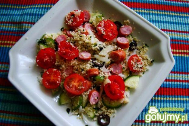 Sałatka z kuskusa ,kabanosa i pomidorków