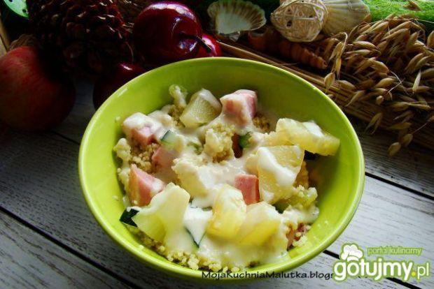Sałatka z kuskusa ogórków i ananasa