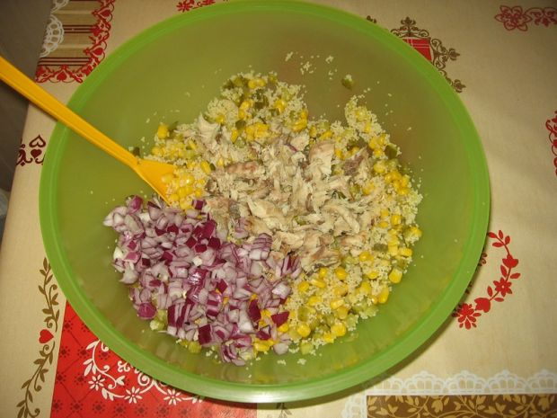 Sałatka z kuskusem i wędzoną makrelą