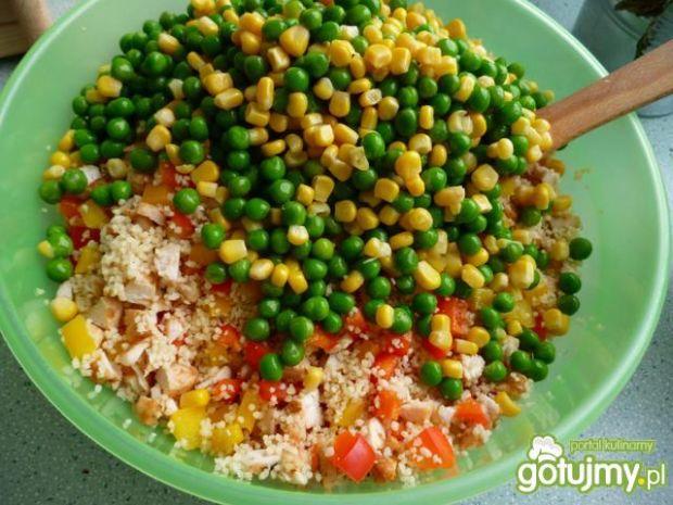 Sałatka z kuskusem i zielonym groszkiem
