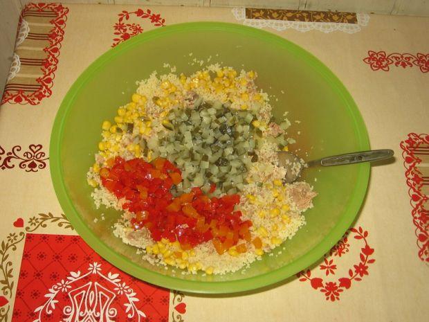 Sałatka z kuskusem, papryką i tuńczykiem