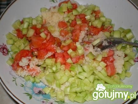 Sałatka z kuskusem, pomidorem i ogórkiem