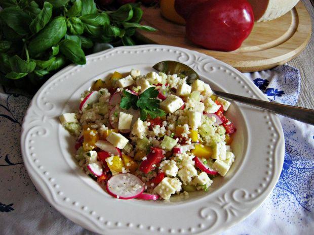 Sałatka z kuskusem, warzywami i serem