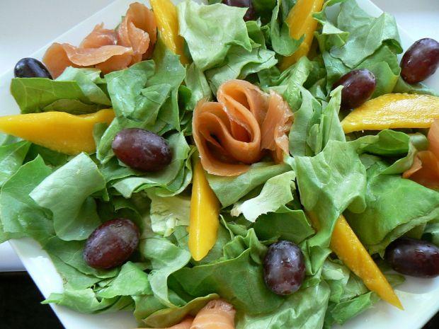Sałatka z kwiatami róży i sosem mango