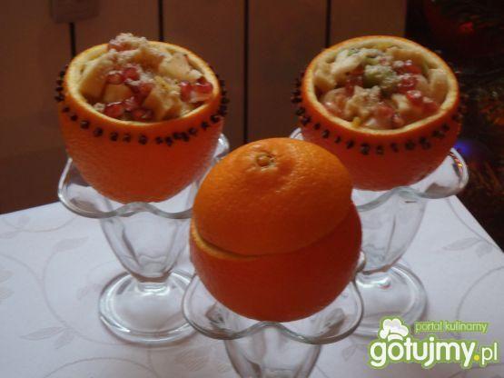 Sałatka z liczi podawana w pomarańczach