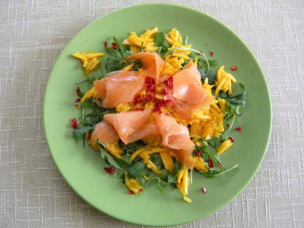 Sałatka z łososia, rukoli i mango
