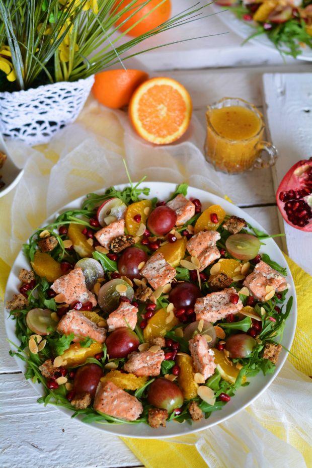Sałatka z łososiem, grzankami i  owocami