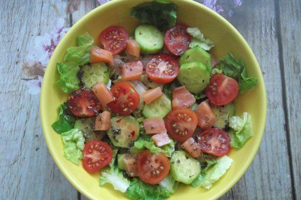 Sałatka z łososiem i sosem malinowym