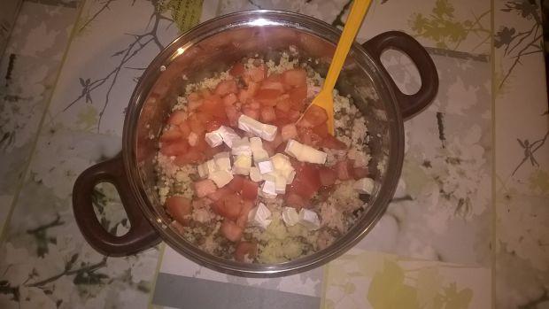 Sałatka z łososiem, kaszą i serem pleśniowym