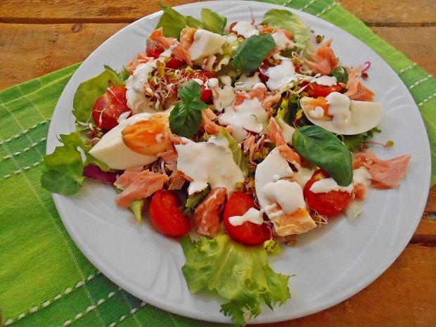 Sałatka z łososiem, kiełkami i jajkiem