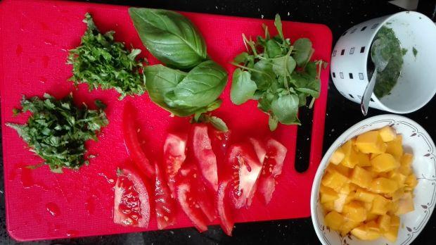 Sałatka z łososiem, mango i rukwią wodną