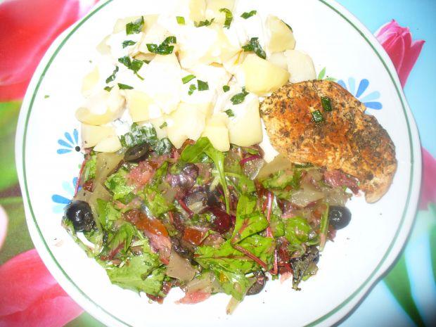 Sałatka z łososiem wędzonym na zimno i botwinką
