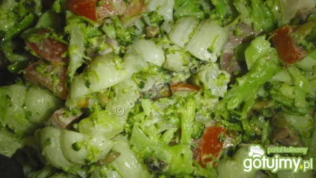 Sałatka z makaronem, brokułem, szynką i