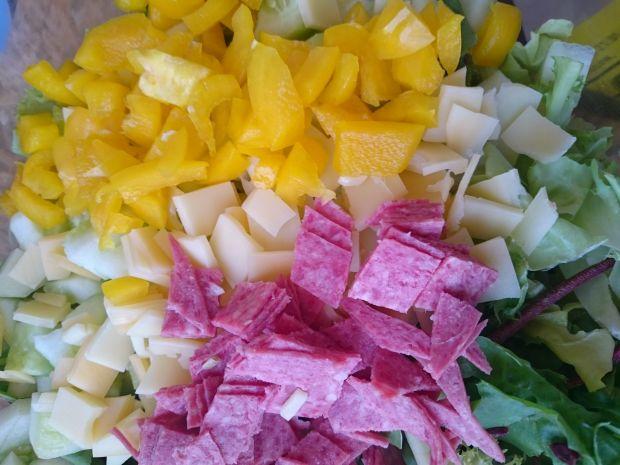Sałatka z makaronem gryczanym (sałata,papryka,ser)