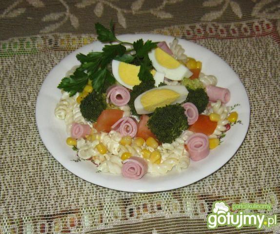 Sałatka z makaronem i brokułem.