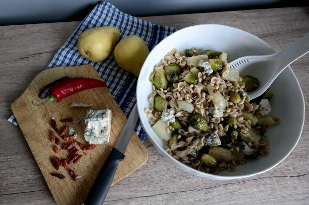Sałatka z makaronem i karmelizowaną brukselką