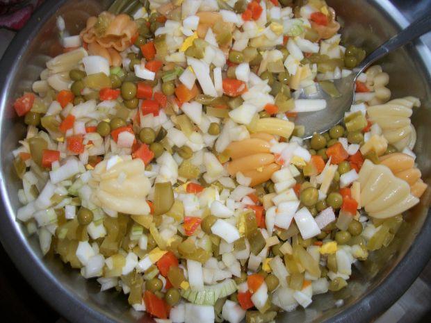 Sałatka z makaronem i serem