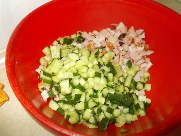 Sałatka z makaronem ryż, szynką i porą