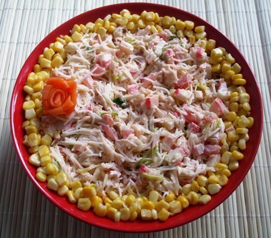 Przepis Salatka Z Makaronem Ryzowym I Surimi Przepis Gotujmy Pl