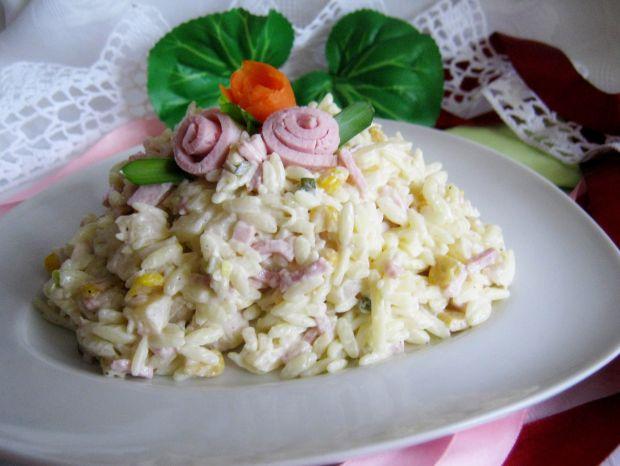 Sałatka z makaronem ryżowym serem i szynką