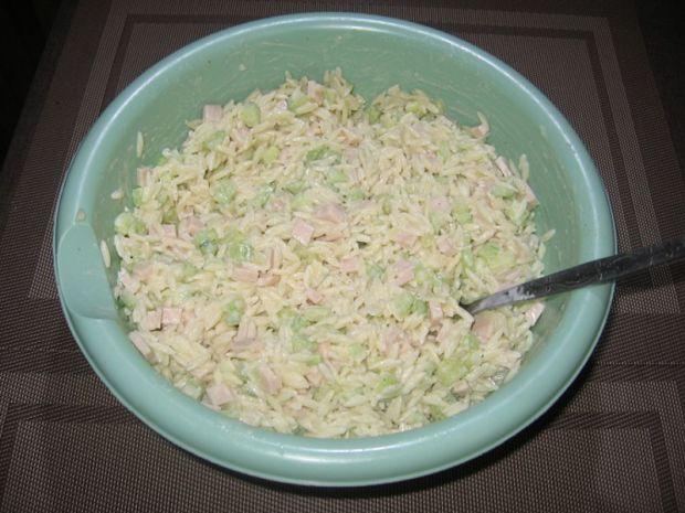 Sałatka z makaronem ryżowym, szynką i ogórkiem