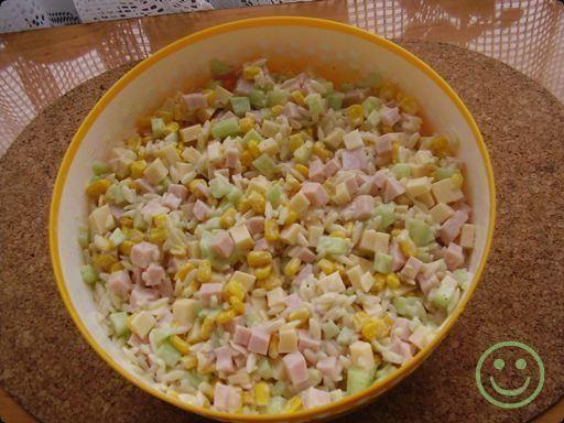 Sałatka z makaronikiem typu ryżyk