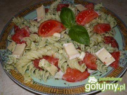 Sałatka z makaronu, camemberta, pomidora