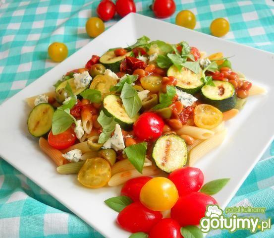 Sałatka z makaronu z soją w pomidorach