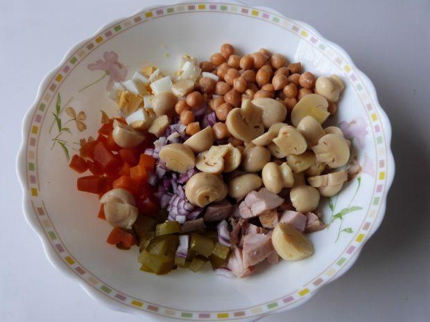 Sałatka z mięsem i pieczarkami