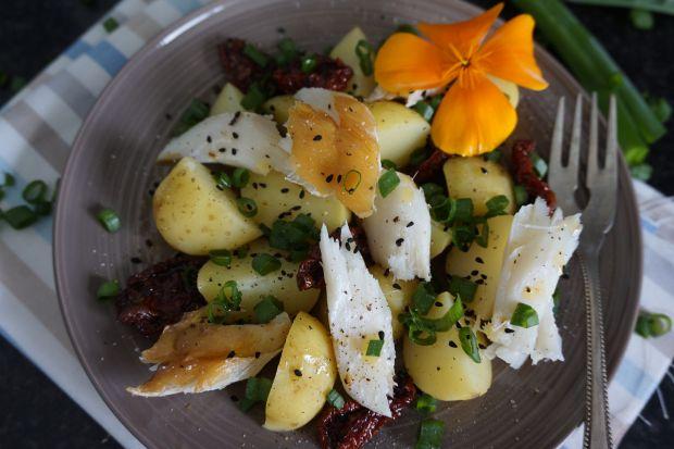 Sałatka z młodymi ziemniakami i wędzonym dorszem