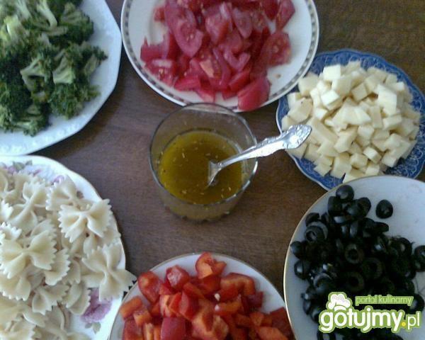 sałatka z mozarellą i oliwkami