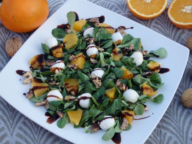 Sałatka z mozzarellą, pomarańczą i orzechami