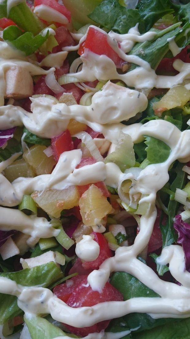 Sałatka z mozzarellą, pomidorem i ananasem