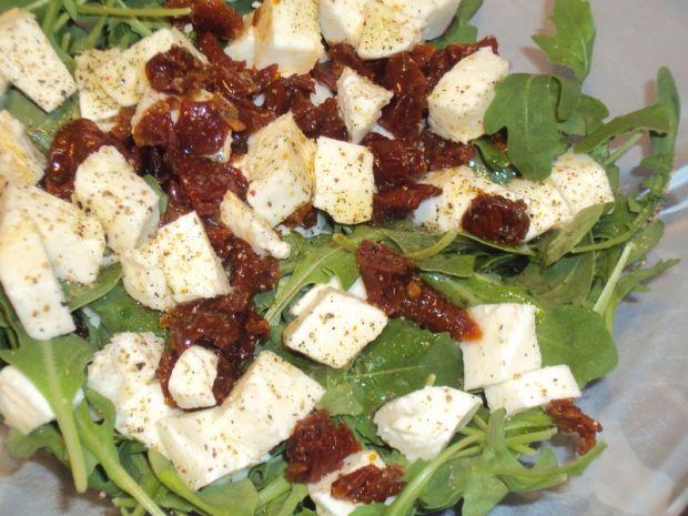 Sałatka z mozzarellą, rukolą i suszonymi pomidoram