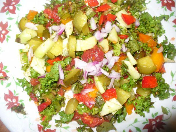 Sałatka z ogórkiem kiszonym,pomidorkami kolorowymi