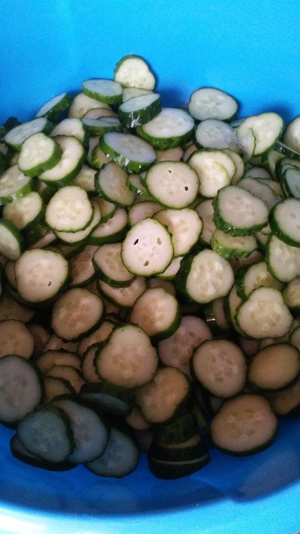 Sałatka z ogórków i kapusty w słoikach na zimę