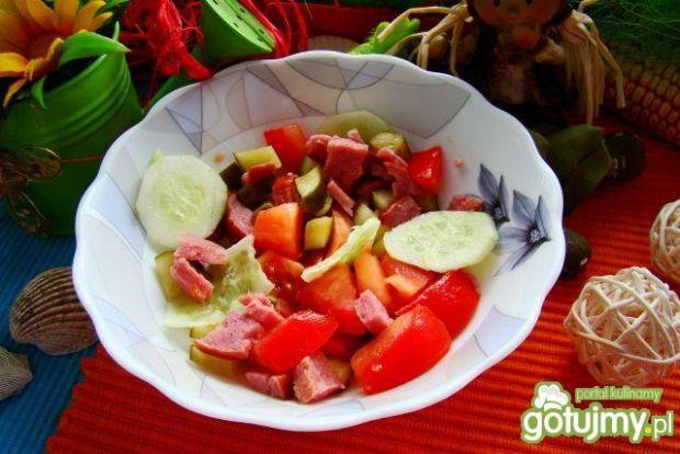 Sałatka z ogórków małosolnych i kiełbasy
