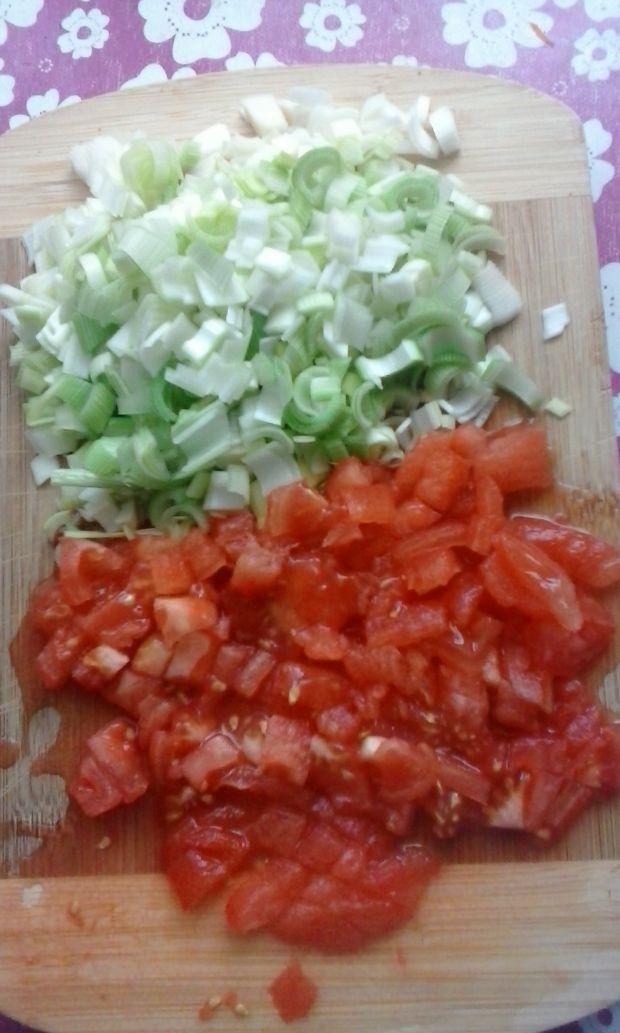 Sałatka z ogórków, marchwi, pomidorów i pora