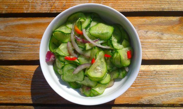 Sałatka z ogórków w stylu tajskim