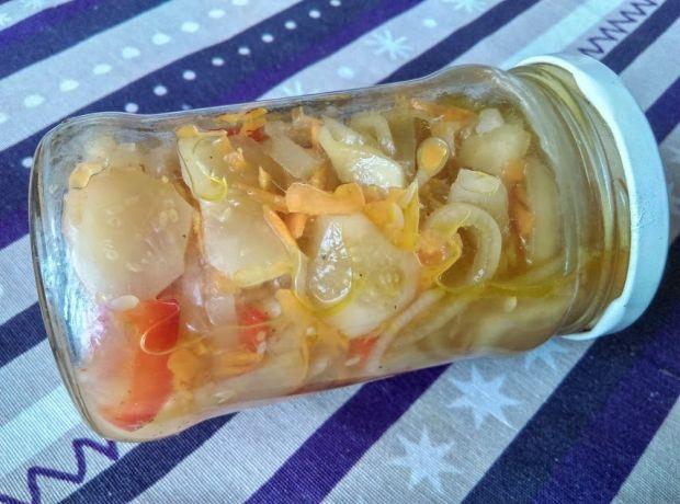 Sałatka z ogórków z marchewką i papryką na zimę