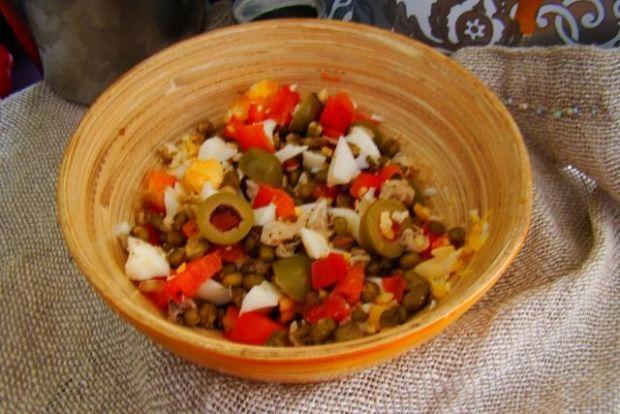 Sałatka z oliwek zielonych i fasoli mung