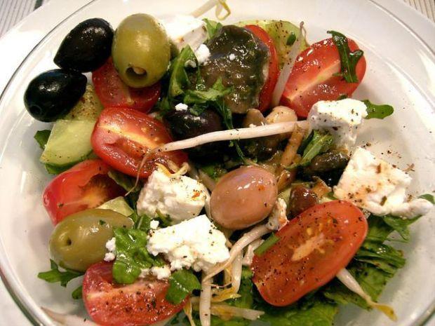Salatka z oliwkami i feta oraz soja
